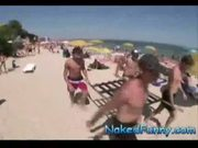 Pegadinhas picantes carregando as mulheres na praia