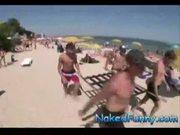 Pegadinhas picantes carregando as mulheres na praia