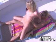 Blonde Frau wird auf Yacht gefickt