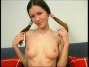 Devochka igraetsya s chupikom