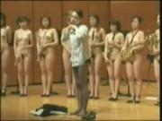 Orquesta japonesa con mujeres desnudas