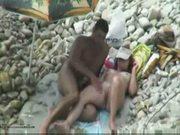Casal de safados se divertindo na praia - www.tvbuceta.com