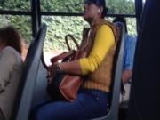 Exhibiendo la verga a la chava en el bus ve y voltea otra ves 3 veces
