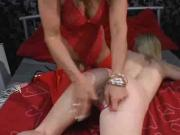 Horny mature slut shares double headed dildo wi...