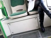 Nylons und Stiefel im Bus