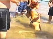 VIDEO: Chica dando sexo oral a desconocidos en la playa