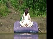 Vengono beccati mentre fottono al lago