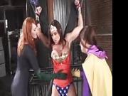 Wonder Woman e Knight Girl vengono masturbate