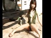 Una bellissima giapponese posa in costume da bagno