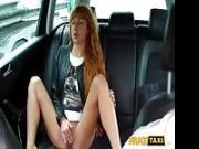 Maiala dai capelli rossi stuzzica un tassista