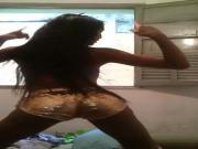 Cavala dancando de shortinho brilhante Hot woman in shiny ant tight shorts