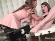 2 femme joue avec un gode avec des tenue latex