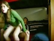 Junges Paar vergnuegt sich vor einer dirty chat