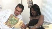 Un Etudiant fourre une Noire pour du Cash