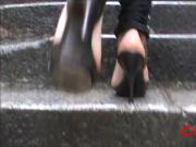 escalier sous la pluie en talons hauts