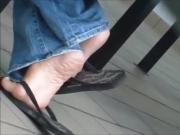 Very high arches in black flipflops